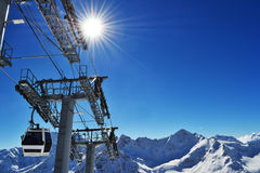La cabina del remonte sube al pico de las montañas Fotos de archivo libres de regalías