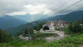La cabina del ropeway passa il villaggio olimpico Rosa Khutor stock footage