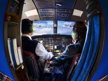 La cabina del viejo avión de pasajeros con los pilotos Imagenes de archivo