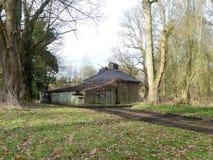 La cabina delle pompe, proprietà della Camera di Chorleywood, Hertfordshire Costruito sopra un canale dagli scacchi del fiume nel immagine stock