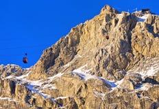 La cabina di funivia al picco di Lagazuoi, alpi della dolomia Immagine Stock