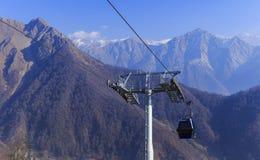 La cabina di funivia alla montagna Tufandag Gabala l'azerbaijan fotografia stock