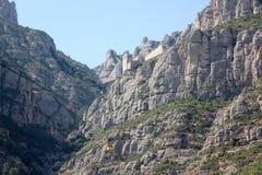 La cabina di funivia a Montserrat ha zumato vista Immagine Stock
