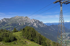 La cabina di funivia nelle alpi di estate Fotografia Stock Libera da Diritti