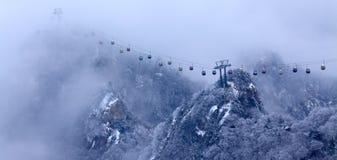 La cabina di funivia nelle nubi Fotografia Stock