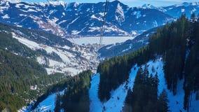 La cabina di funivia di Schmittenhohenbahn in Zell sono vede la località di soggiorno, Austria video d archivio