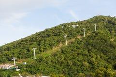 La cabina di funivia sostiene sulla collina verde Fotografia Stock Libera da Diritti