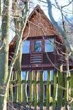 La cabina di legno con recinta la foresta immagine stock