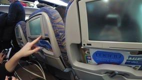 La cabina di passeggero con la gente dell'aeroplano durante il decollo video d archivio