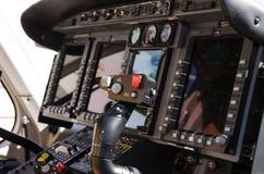 La cabina di pilotaggio dell'elicottero controlla e calibri Fotografia Stock