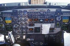 La cabina di pilotaggio ed i piloti in un aeroplano del pendolare Immagine Stock