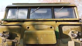 La cabina di vecchio trattore dell'esercito dal lanciarazzi Fine in su archivi video