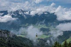 La cabina funicolare in montagne delle alpi Baviera, Germania Immagini Stock
