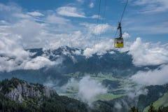 La cabina funicolare in montagne delle alpi Baviera, Germania Immagini Stock Libere da Diritti