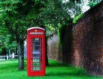 La cabina telefonica rossa famosa a Londra immagini stock libere da diritti