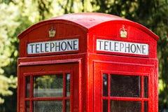 La cabina telefonica rossa iconica nel Regno Unito Immagine Stock