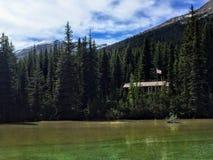 La cabine en bois d'une garde forestière en partie cachée dans les forêts à distance de la Colombie-Britannique dans le bâti Robs images libres de droits