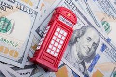 La cabine téléphonique modèle est sur les billets de banque de dollar US Photos libres de droits