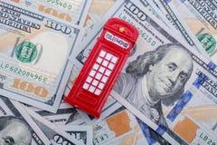 La cabine téléphonique modèle est sur les billets de banque de dollar US Photo libre de droits
