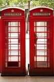 La cabine téléphonique rouge, un kiosque de téléphone pour un téléphone public conçu par Sir Giles Gilbert Scott, était une vue f Photos stock