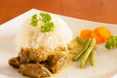 La cabra al curry sirvió con el arroz blanco, hilo y cortó zanahorias Imagen de archivo