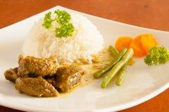 La cabra al curry sirvió con el arroz blanco, hilo y cortó zanahorias Imágenes de archivo libres de regalías