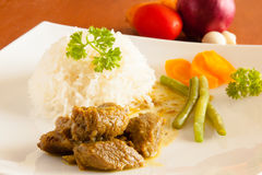 La cabra al curry sirvió con el arroz blanco, hilo y cortó zanahorias Imagenes de archivo