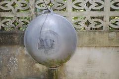 La cacerola colgada en la pared Imagen de archivo libre de regalías