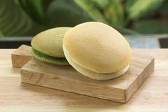 La cacerola de Dorayaki del té verde y de la haba roja se apelmaza Imagenes de archivo