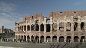 La cacerola de izquierda a derecha de Timelapse tiró de tráfico cerca el Colosseo en Roma El Colosseum también conocido como el F almacen de metraje de vídeo