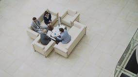 La cacerola de la visión superior tiró del grupo de hombres de negocios de los colegas que discutían las cartas financieras que s almacen de video