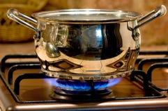la cacerola del metal calienta el fuego de gas Fotografía de archivo libre de regalías