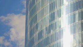 La cacerola vertical tiró del edificio de cristal moderno, ventanas del centro de la oficina, día soleado metrajes