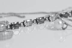 La cadena de plata hermosa inusual y una plata suena Fotografía de archivo
