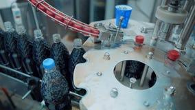 La cadena de producción de bebidas carbónicas El agua y la soda en botellas son transportadas por el transportador en la fábrica almacen de video