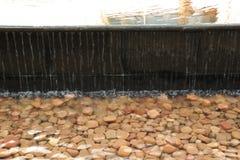 La cadena del agua cae caer de una piscina más alta la más baja Imágenes de archivo libres de regalías