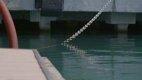La cadena en la cubierta almacen de metraje de vídeo