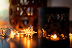 La cadena ligera y las velas crean una atmósfera acogedora rom?ntico Navidad fotos de archivo
