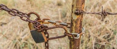 la cadena vieja es oxidada y la cerradura Fotos de archivo