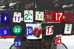 La caduta all'albero, etichetta dell'etichetta di numeri di numeri è stata fatta da plastica che appende all'albero sul marciapie Fotografie Stock Libere da Diritti