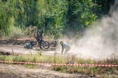 La caduta del cavaliere nella concorrenza nel motocross Fotografie Stock Libere da Diritti