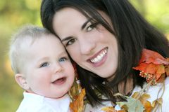 la caduta del neonato lascia il tema della madre Fotografie Stock Libere da Diritti