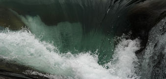 La caduta dell'acqua e spruzza Fotografia Stock Libera da Diritti