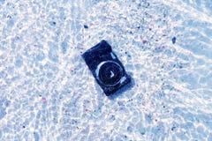 La caduta della macchina fotografica all'acqua di mare Immagini Stock Libere da Diritti