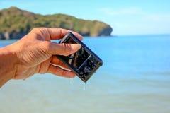 La caduta della macchina fotografica all'acqua di mare Fotografia Stock Libera da Diritti