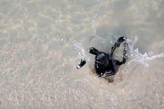 La caduta della macchina fotografica all'acqua di mare Fotografia Stock