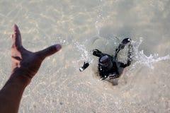 La caduta della macchina fotografica di DSLR all'acqua di mare Fotografie Stock Libere da Diritti