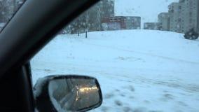 La caduta della neve ha coperto le automobili e la gente della via della città 4K archivi video