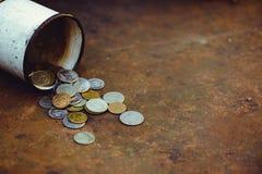 La caduta della rublo russa, la povertà e la povertà sparse conia nella vecchia tazza su un fondo arrugginito, sanzioni Immagine Stock Libera da Diritti