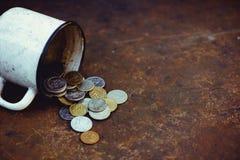 La caduta della rublo russa, la povertà e la povertà sparse conia nella vecchia tazza su un fondo arrugginito, sanzioni Immagini Stock Libere da Diritti